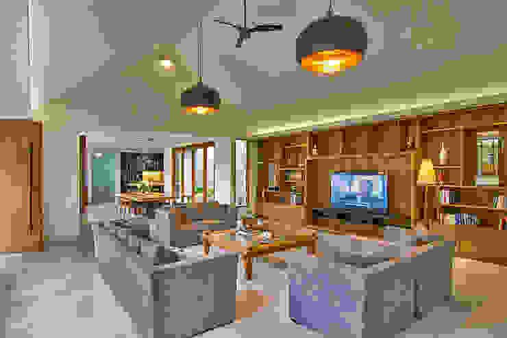 living room:modern  oleh e.Re studio architects, Modern