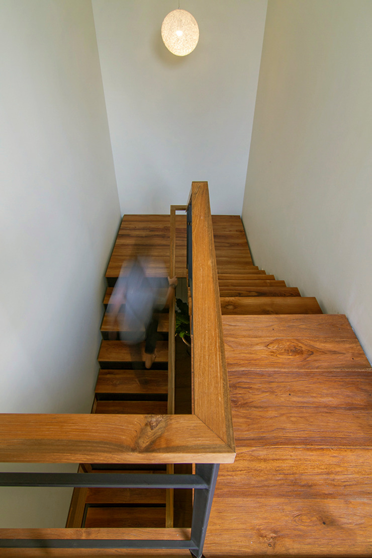 staircase:modern  oleh e.Re studio architects, Modern