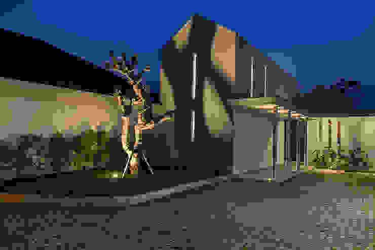 front facade:modern  oleh e.Re studio architects, Modern