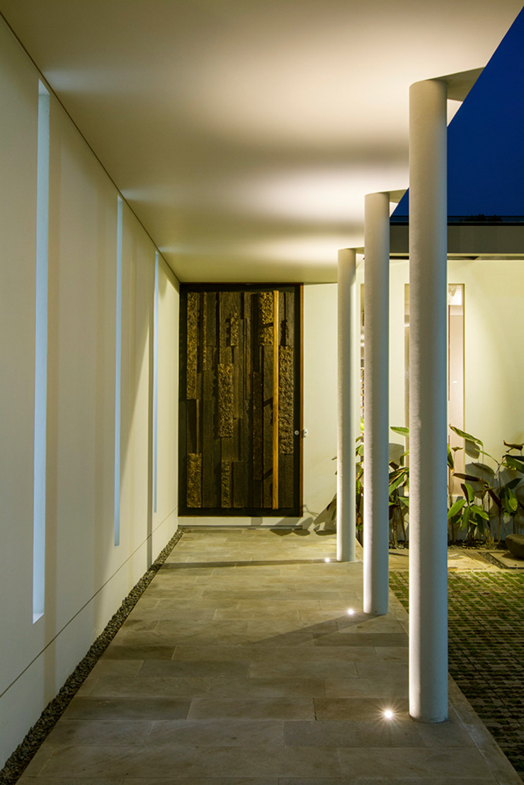 entrance terrace:modern  oleh e.Re studio architects, Modern