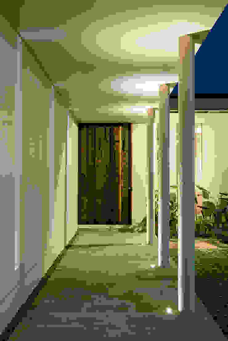prv a131 Koridor & Tangga Modern Oleh e.Re studio architects Modern