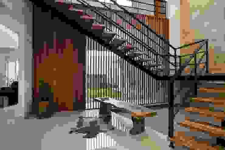 kbp house Koridor & Tangga Modern Oleh e.Re studio architects Modern