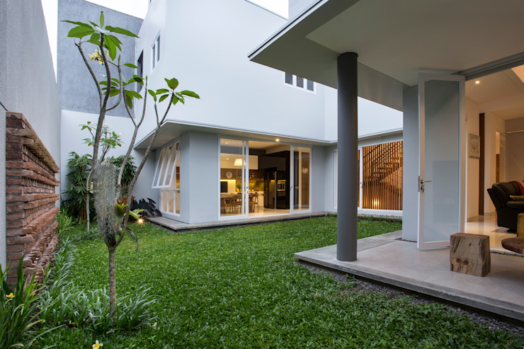 kbp house: Rumah oleh e.Re studio architects,
