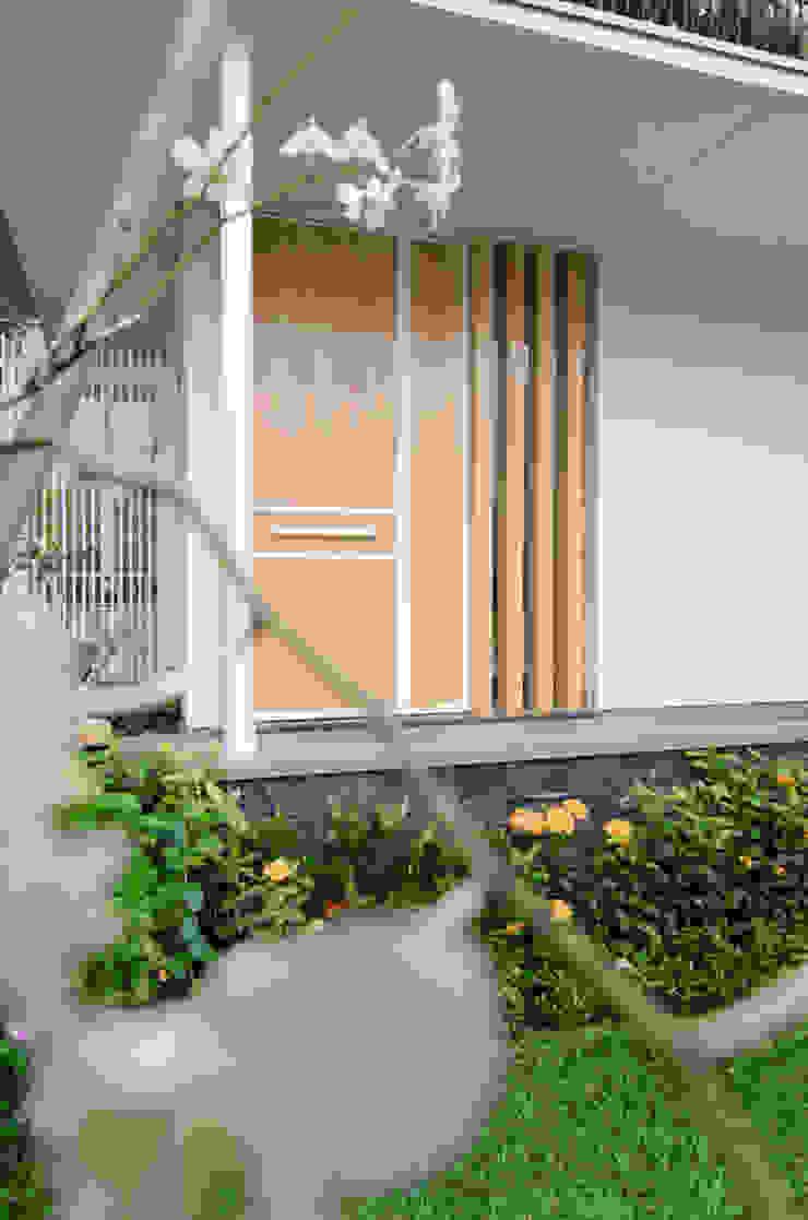 Balcones y terrazas modernos de e.Re studio architects Moderno