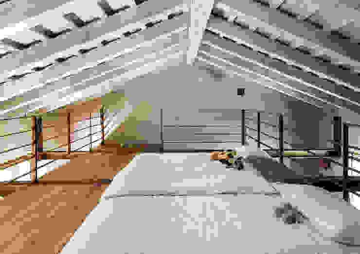 Phòng ngủ phong cách đồng quê bởi zanon architetti associati Đồng quê