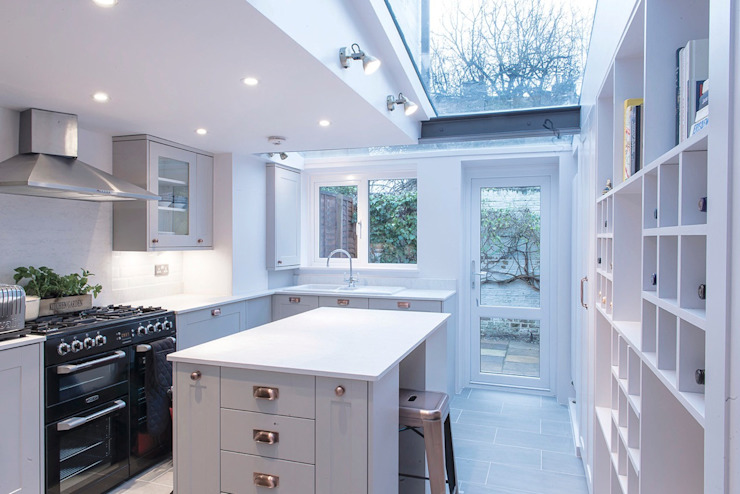 Country Cottage, Kew:  Built-in kitchens by Gr8 Interiors Ltd,
