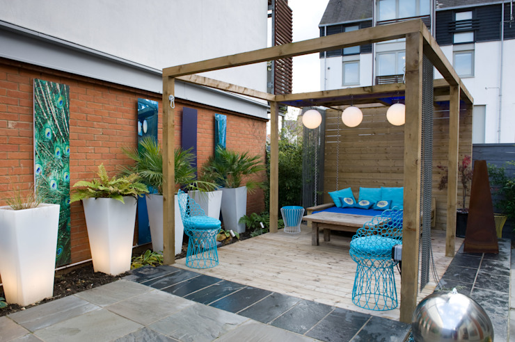 Pergola in courtyard garden by Earth Designs Modern