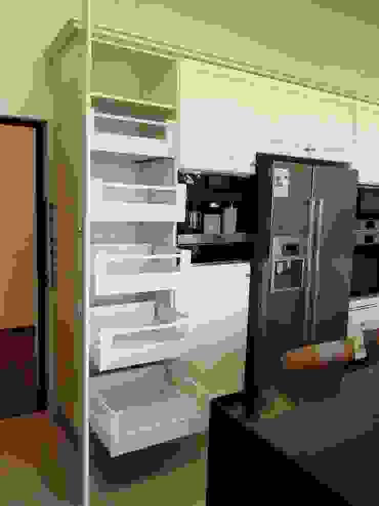 Mueble despensa lacado blanco con cajones extraíbles HBT de ABS Diseños & Muebles Clásico