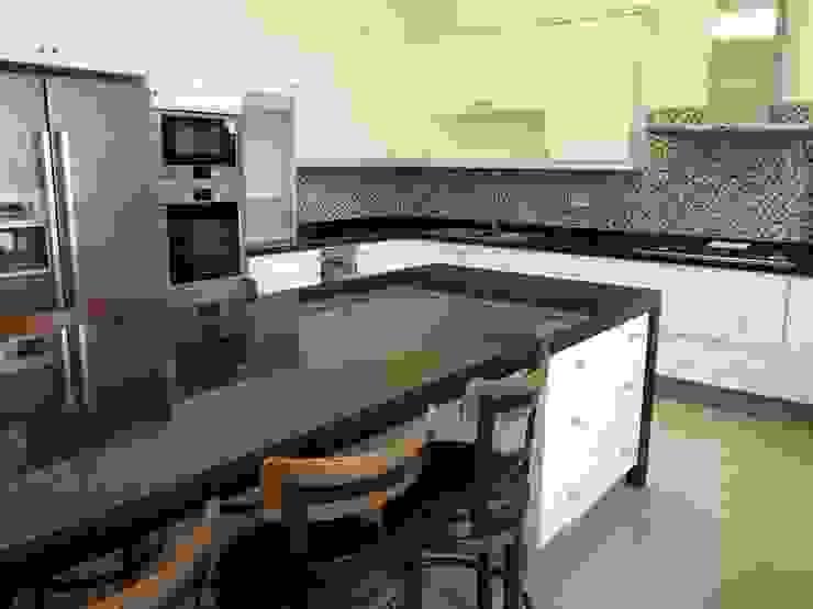 Isla de cocina muebles lacados poliester con cubierta de granito negro absoluto. de ABS Diseños & Muebles Clásico