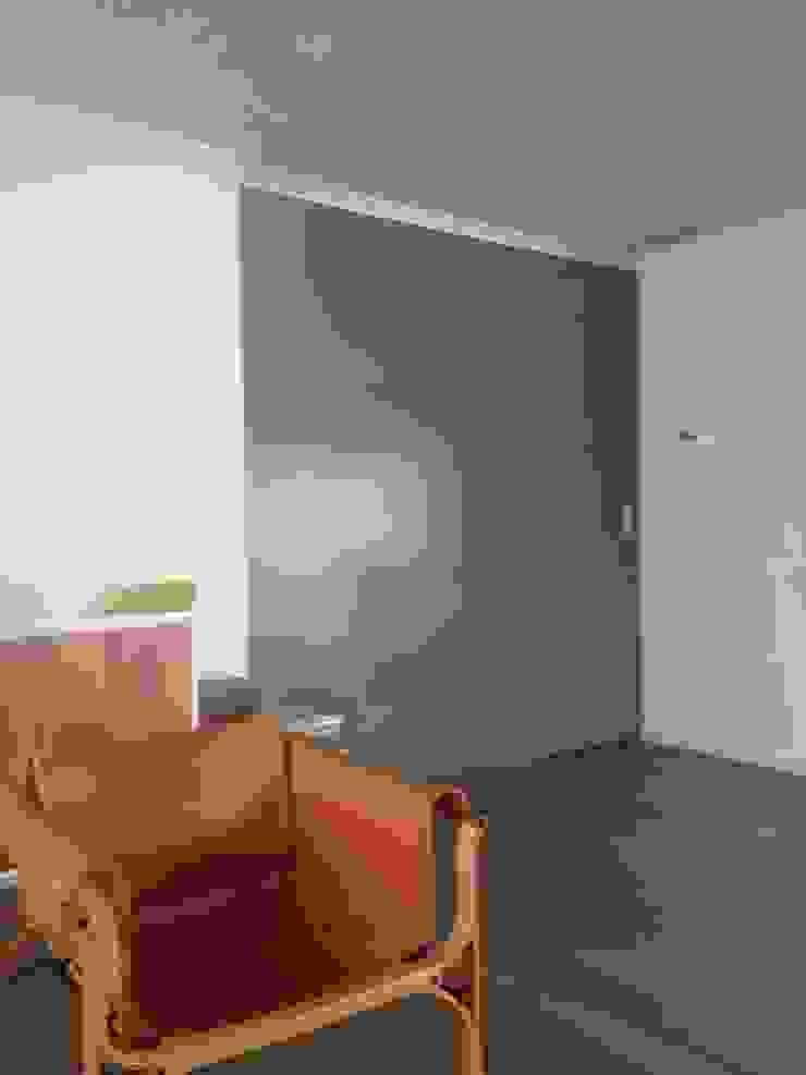 CASA BARTOLOME SHARP [ER+] Arquitectura y Construcción Puertas de estilo minimalista