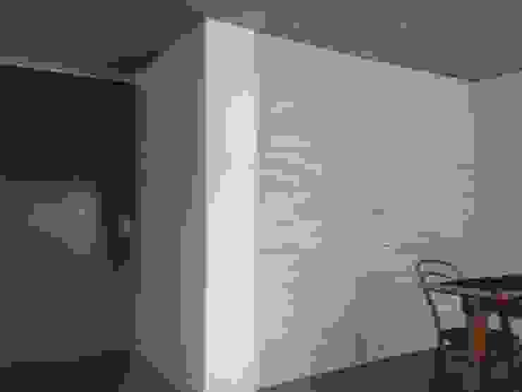 CASA BARTOLOME SHARP Puertas de estilo minimalista de [ER+] Arquitectura y Construcción Minimalista