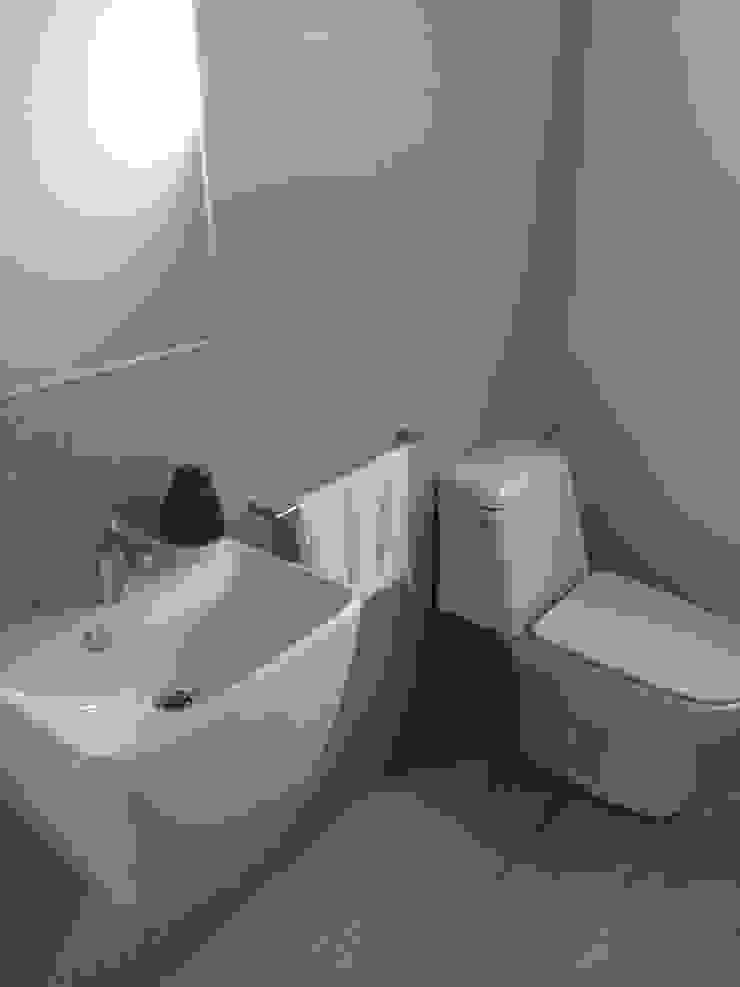 CASA BARTOLOME SHARP [ER+] Arquitectura y Construcción Baños de estilo minimalista