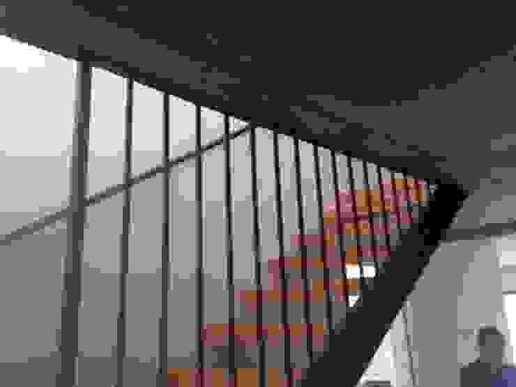 CASA BARTOLOME SHARP [ER+] Arquitectura y Construcción Pasillos, halls y escaleras minimalistas