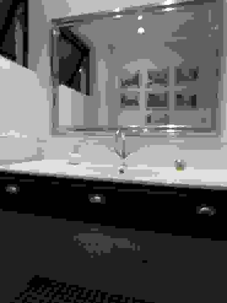 [ER+] Arquitectura y Construcción Minimalist bathroom