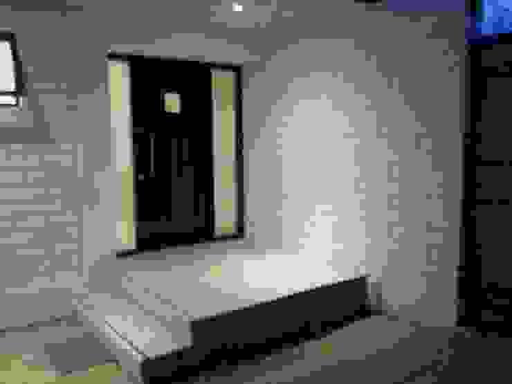 CASA BELLO HORIZONTE Puertas de estilo minimalista de [ER+] Arquitectura y Construcción Minimalista