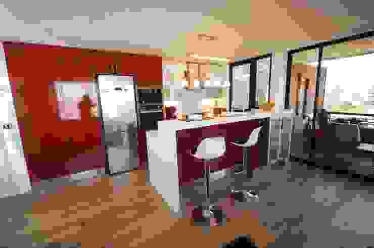 Cocina enchape laminado rojo cubierta Silestone blanco. de ABS Diseños & Muebles Moderno Contrachapado