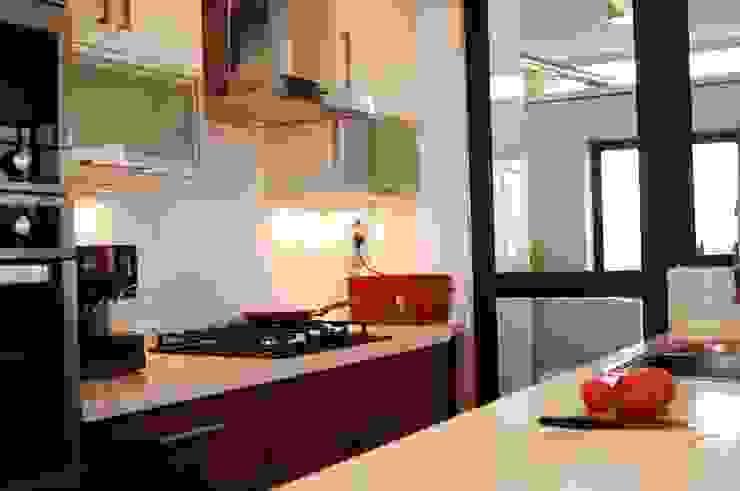 Muebles enchape laminado rojo y blanco. Cubierta Silestone blanco. de ABS Diseños & Muebles Moderno Cuarzo