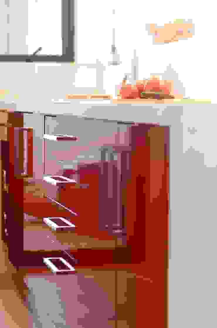 Muebles de cocina laminado rojo cubierta cuarzo Silestone blanco. de ABS Diseños & Muebles Moderno Contrachapado