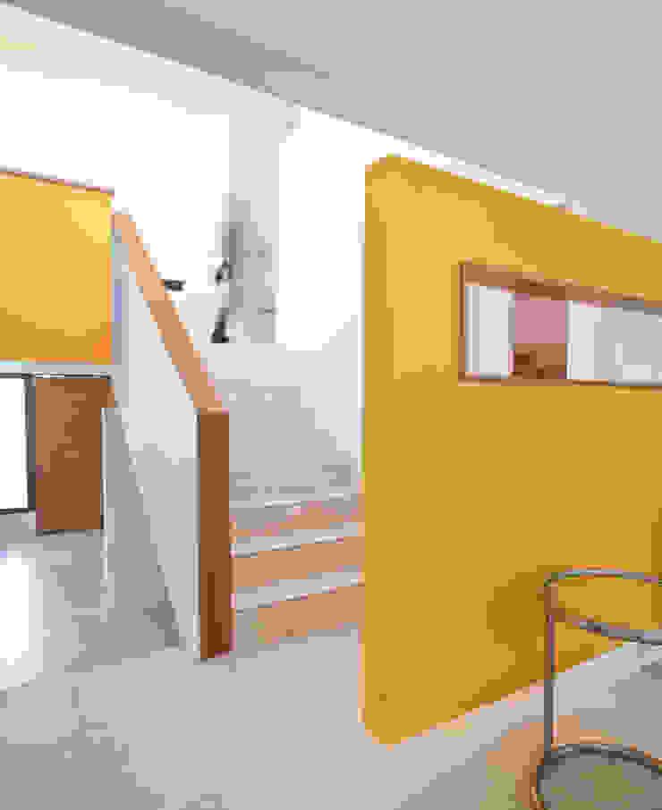 Escalera, acceso al segundo piso [ER+] Arquitectura y Construcción Pasillos, halls y escaleras minimalistas