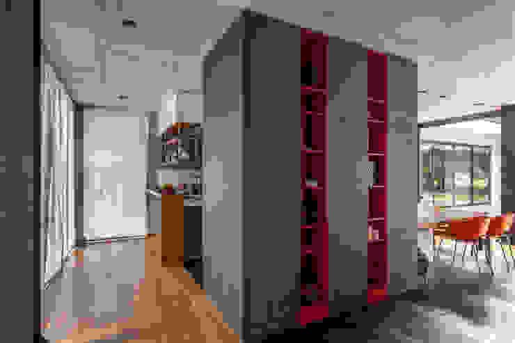 Casa HK: Vestidores y placares de estilo  por Ciudad y Arquitectura
