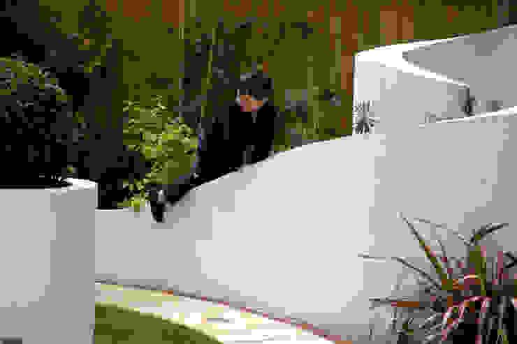 Playing in the garden Jardines de estilo mediterráneo de Earth Designs Mediterráneo