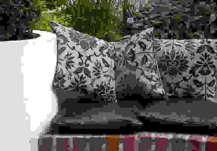 Cushions outside Jardines de estilo mediterráneo de Earth Designs Mediterráneo