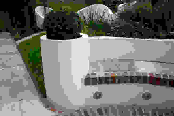 Box ball in planter Jardines de estilo mediterráneo de Earth Designs Mediterráneo