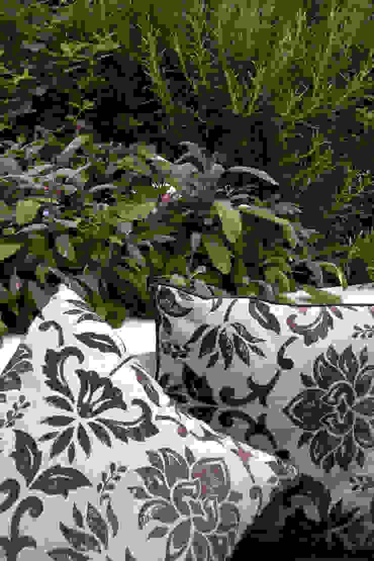 Cushions on garden bench Jardines de estilo mediterráneo de Earth Designs Mediterráneo