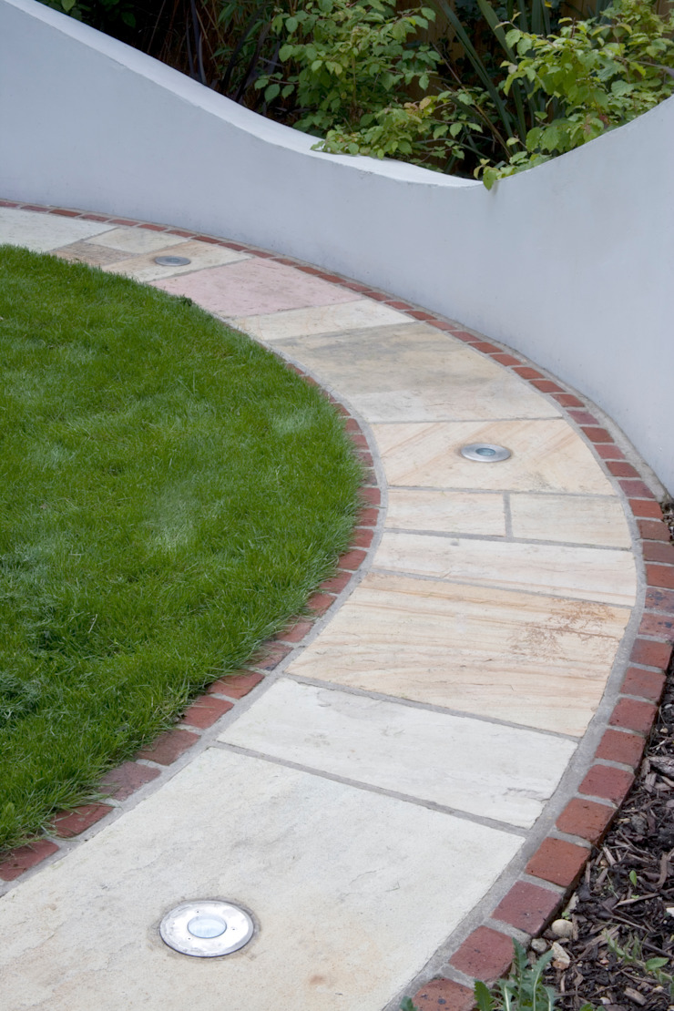 Garden path with intergrated lights Jardines de estilo mediterráneo de Earth Designs Mediterráneo