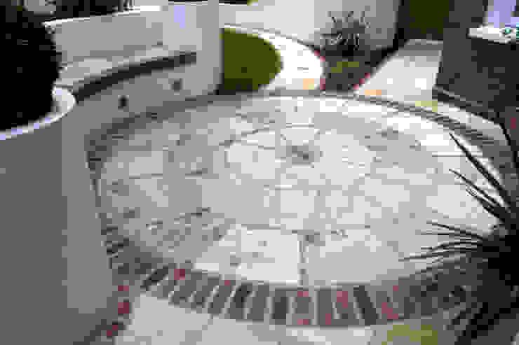Sandstone circle Jardines de estilo mediterráneo de Earth Designs Mediterráneo
