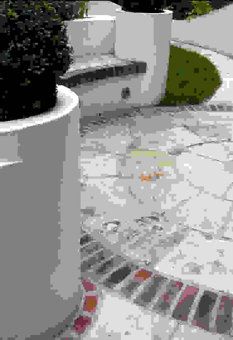Paved circle Jardines de estilo mediterráneo de Earth Designs Mediterráneo