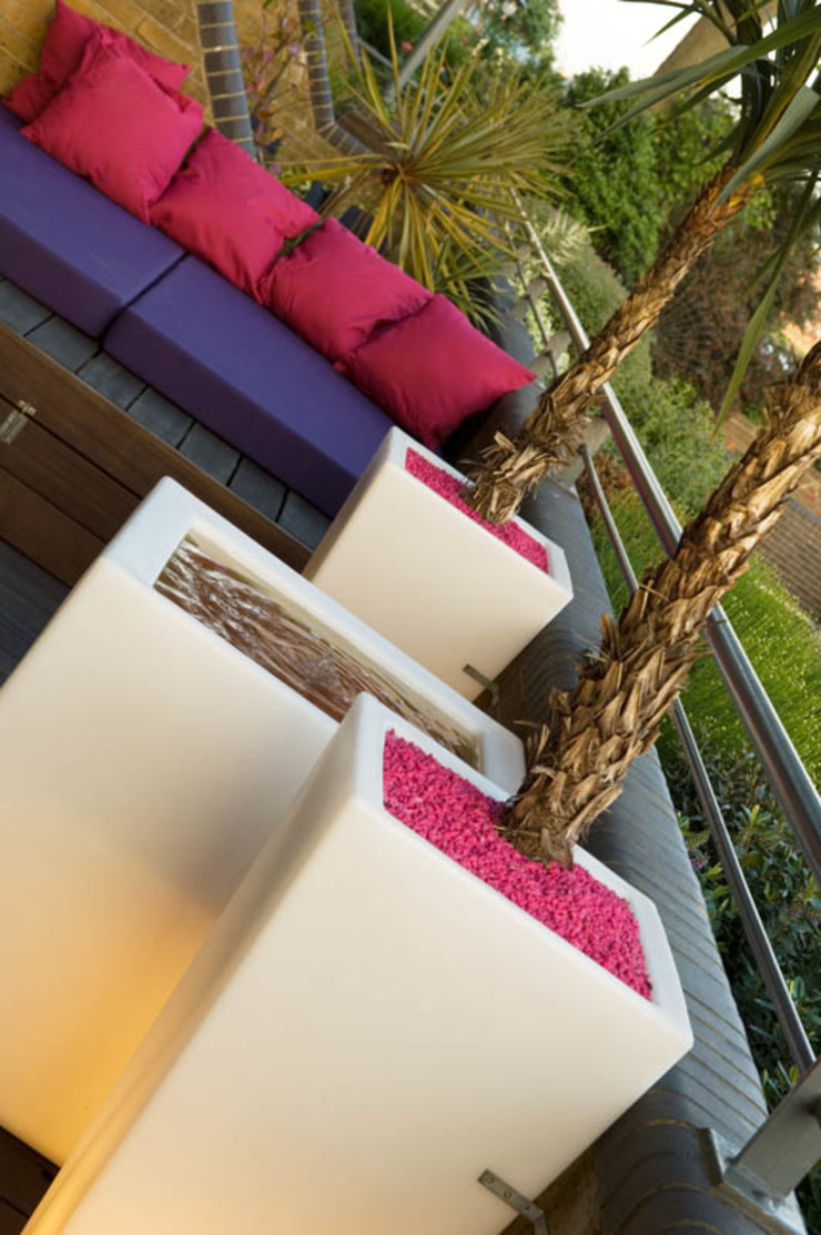 Illuminated planters and daybed Modern style gardens by Earth Designs Modern