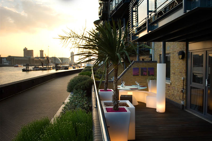 View to Tower Bridge from roof garden Modern style gardens by Earth Designs Modern