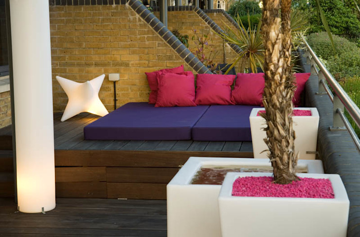 Daybed, outdoor cushions and illuminated planters Modern style gardens by Earth Designs Modern
