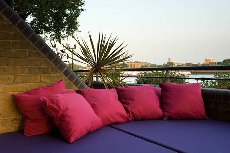 Daybed and outdoor cushions Modern style gardens by Earth Designs Modern