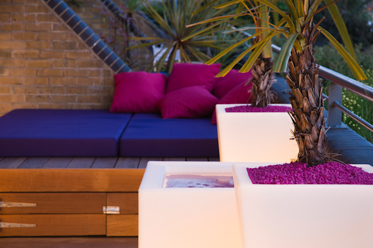 Illuminated planters, water feature and daybed. Modern style gardens by Earth Designs Modern