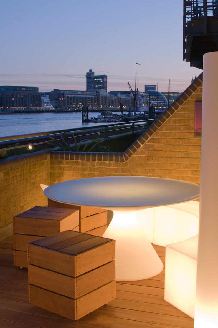 Illuminated table and view of the Thames Modern style gardens by Earth Designs Modern