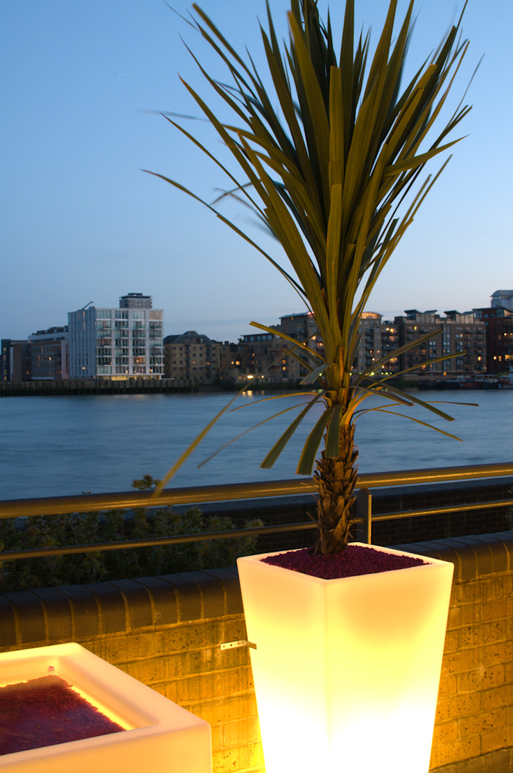 Illuminated planter and view of the Thames Modern style gardens by Earth Designs Modern