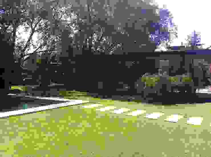 Minimalist style garden by [ER+] Arquitectura y Construcción Minimalist