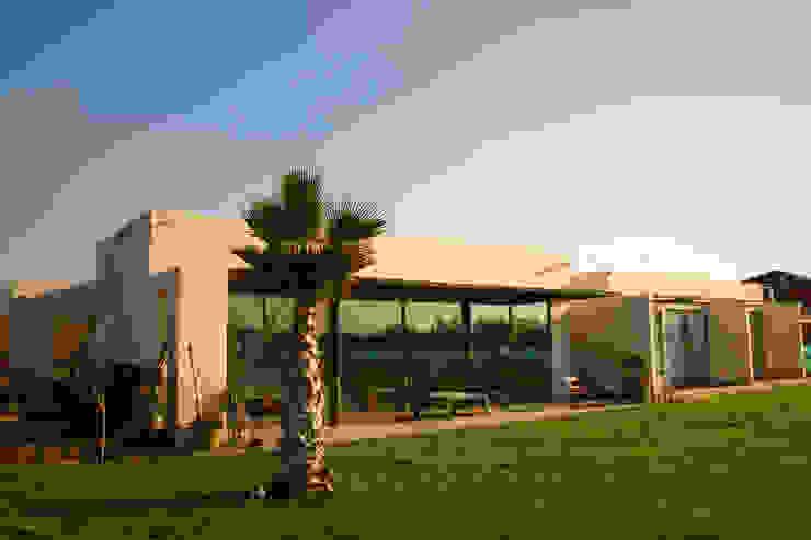CASA FUENZALIDA Casas de estilo minimalista de [ER+] Arquitectura y Construcción Minimalista