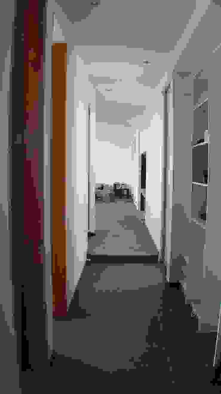 CASA FUENZALIDA Pasillos, halls y escaleras minimalistas de [ER+] Arquitectura y Construcción Minimalista