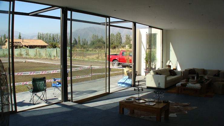 CASA FUENZALIDA Puertas y ventanas minimalistas de [ER+] Arquitectura y Construcción Minimalista