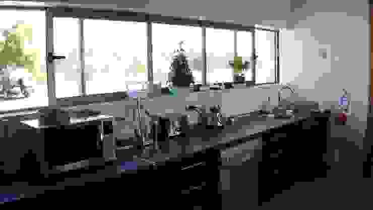 [ER+] Arquitectura y Construcción Minimalist kitchen
