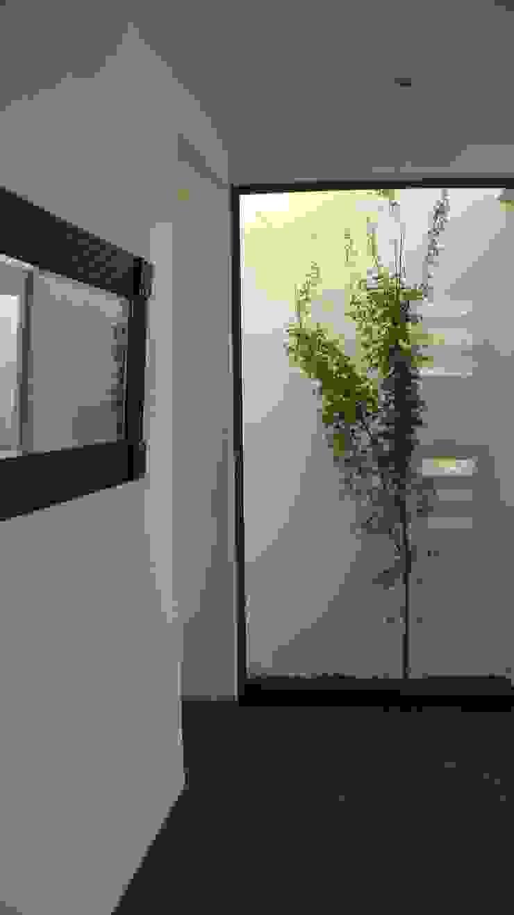 CASA FUENZALIDA Paredes y pisos de estilo minimalista de [ER+] Arquitectura y Construcción Minimalista