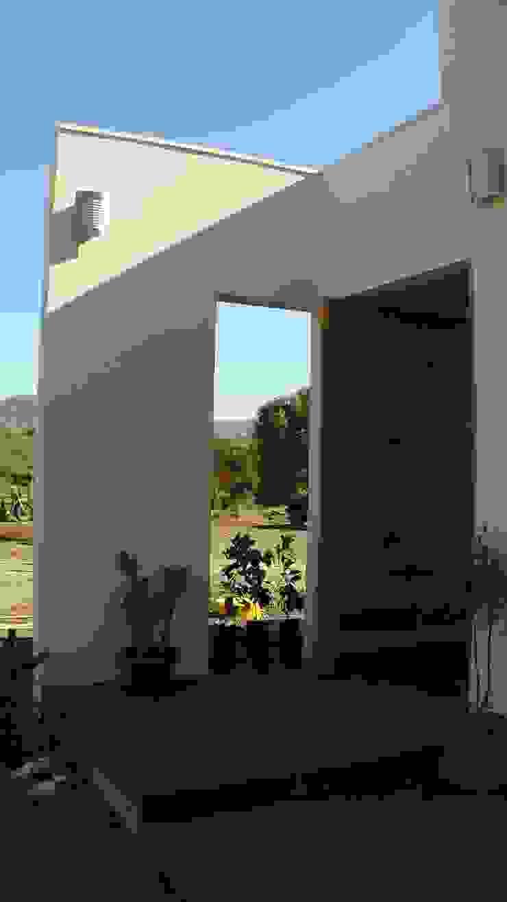 CASA FUENZALIDA Puertas de estilo minimalista de [ER+] Arquitectura y Construcción Minimalista