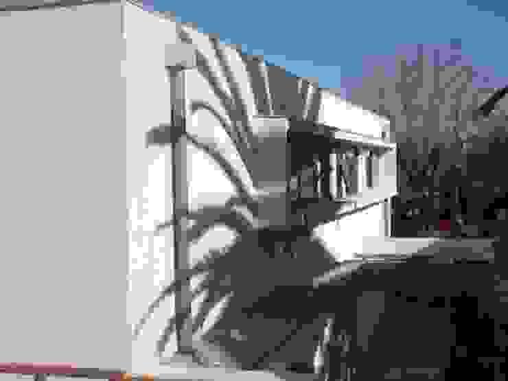 CASA GARRI Casas de estilo mediterráneo de [ER+] Arquitectura y Construcción Mediterráneo