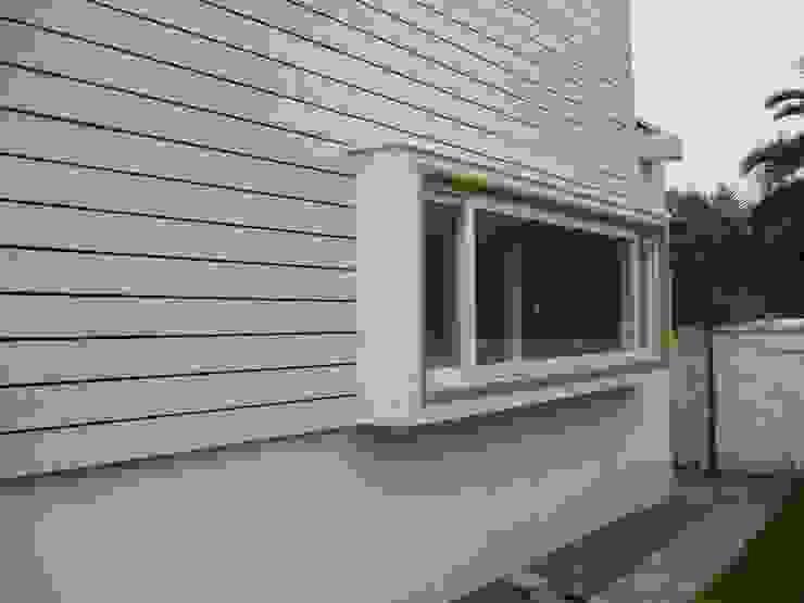 CASA GUMUCIO Puertas y ventanas modernas de [ER+] Arquitectura y Construcción Moderno