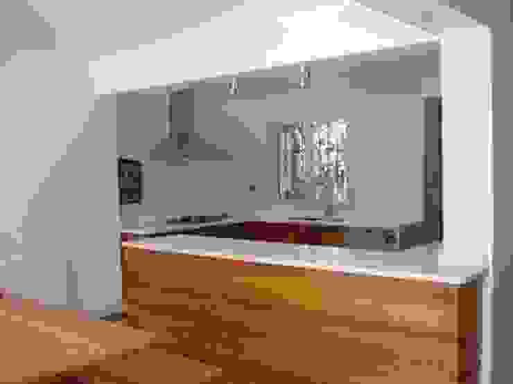 CASA GUMUCIO Cocinas de estilo moderno de [ER+] Arquitectura y Construcción Moderno