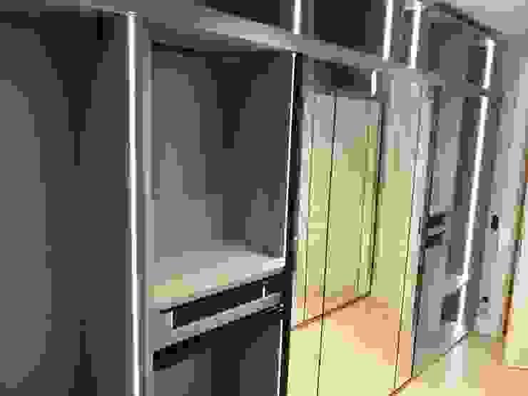 Vestidor con puertas de espejo y estanterías Mobiliario Xikara DormitoriosArmarios y cómodas