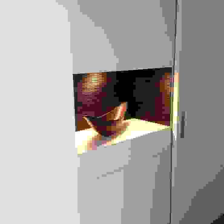 Garderobe mit Schiebetür und beleuchteter Deko-Nische RAUMKONZEPT Moderner Flur, Diele & Treppenhaus Holzwerkstoff Weiß